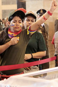 Mourners pay their respects to Hugo Chávez (Efrain Gonzalez / Prensa Miraflores)