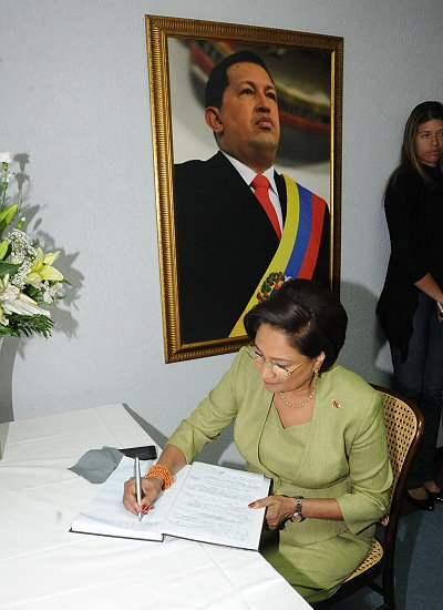 Prime Minister of Trinidad and Tobago Kamla Persad-Bissessar signs the Condolence book at the Venezuelan Embassy